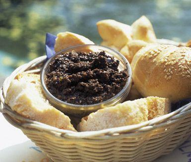 Tapenade är supergott att äta som tilltugg på en mjuk brödbit. Du gör tapenaden på oliver, kapris, sardellfiléer, vitlök, olja och tomtpuré. Ställ fram i små skålar och servera på bjudningen.