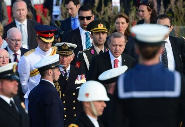 Çanakkale Kara Savaşları'nın 100. yılı dolayısıyla Gelibolu Yarımadası'ndaki İngiliz Anıtı'nda tören düzenlendi. Törene katılan Cumhurbaşkanı Recep Tayyip Erdoğan'ı Birleşik Krallık Galler Prensi Charles ve oğlu Prens Harry karşıladı.