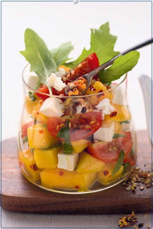 Datteltomaten-Mango-Salat mit Schafskäse
