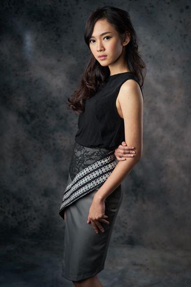 Ameline 001 IDR 490.000 Classic Batik Parang + Lace Combination Asymmetrical Skirt (Top Worn Not Included)  Length of Skirt : 52cm/ 66cm  Material used : Batik Parang Cap, Cotton/ Lace Fabric/ Premium Cotton.  Standard zipper length: 25cm at the side  Height of Model : 171 cm