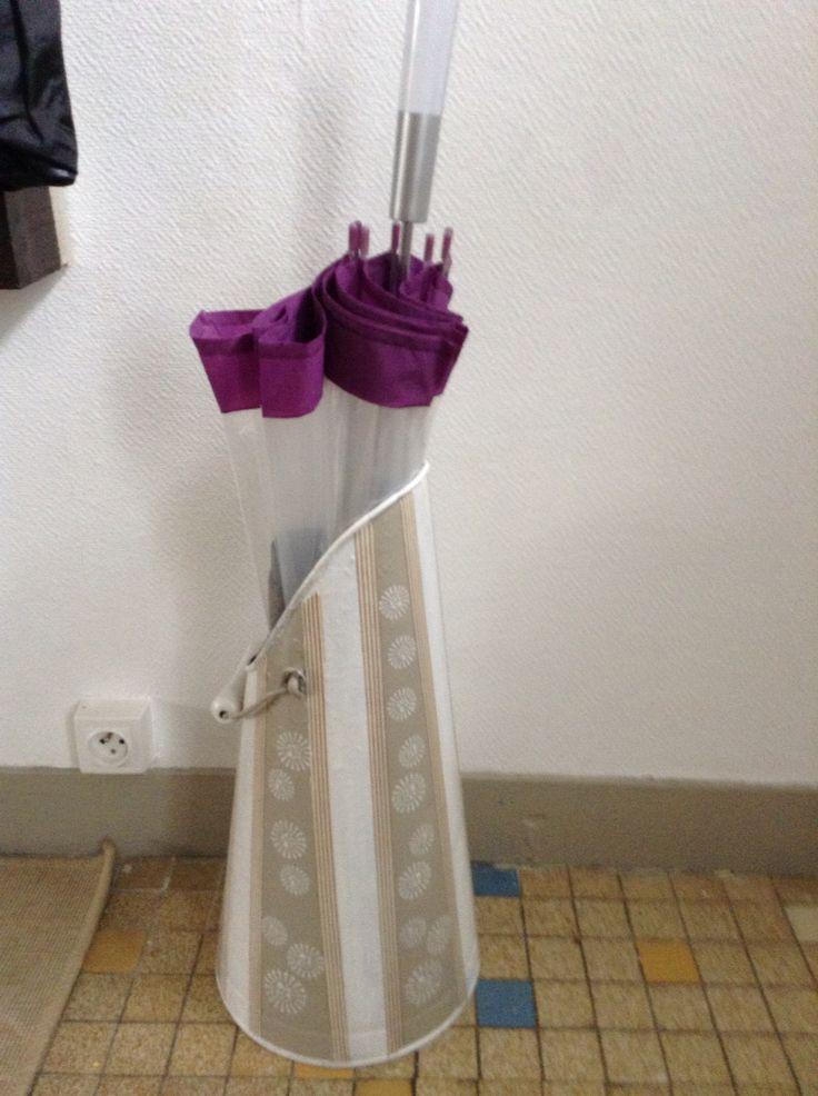Porte parapluie dans un seau à charbon trouvé dans une brocante
