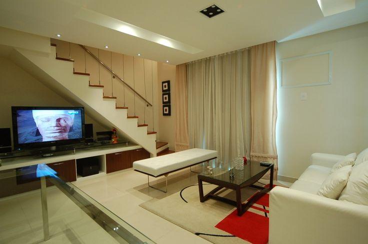 Escada com aparador para apoiar televisão