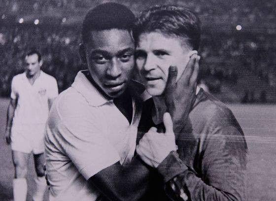 """A kép, amire nincsenek szavak. Pelé és Puskás Öcsi... Talán a valaha élt két legnagyobb labdarúgó... A legnagyobb és legismertebb magyar labdarúgó, akit méltán ismernek és tisztelnek az egész világon. Őt tényleg az egész világon ismerik és 3- 103 - ig mindenki öreg és fiatal egyaránt tudja ki Ő. Pelé a Puskás Hungary című filmben ilyen elismerő mondatot intéz a Mi Öcsinkhez, vagyis mindenki Öcsijéhez: """"Ha a Holdon is űznék ezt a sportágat - mármint a futballt - ott is te lennél a…"""
