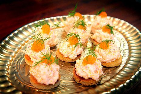 Leilas recept på borgmästaretoast eller toast med lyxig röra på räkor och löjrom - perfekt till förrätt! Receptet ger 20 små kanapéer.