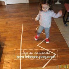 Use fita crepe para fazer caminhos no chão e criar um jogo de movimento para crianças pequenas.