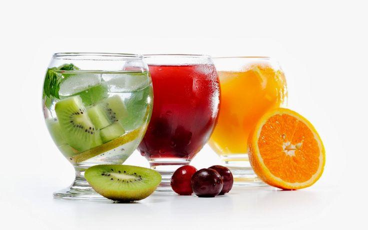 Cocteles de fruta sin alcohol (Kiwi, cerezas y naranja).