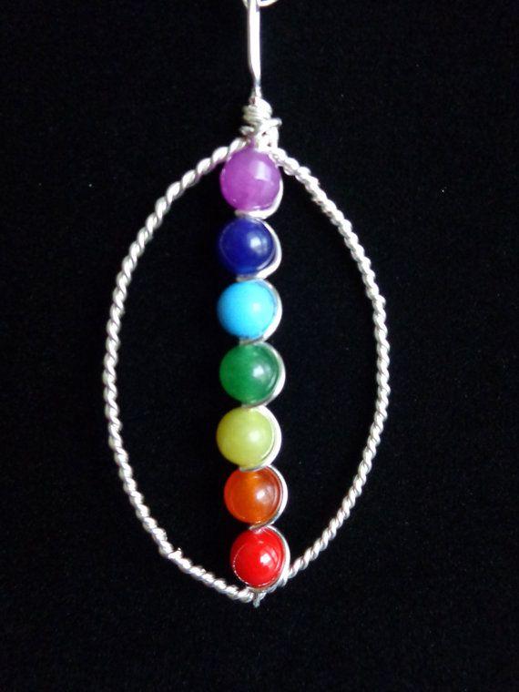 El colgante 7 Chakras que está pensada para traer armonía y equilibrio. Materiales utilizados son no el deslustre de la plata plateado alambre y piedras preciosas bolas (6 mm), como sigue: Chakra-púrpura de la corona: cuarzo, Chakra del tercer ojo – indigo: aventurina azul, De la