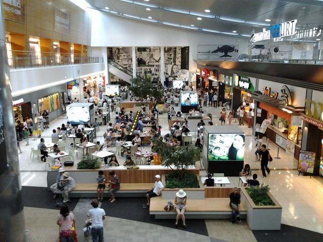 2012/8 Airport Walkその3 2階は超巨大フードコート、トルコアイスとか、なんとかライスとか、 外国料理の出店もおおくて、面白いです。この写真の店の列がもう2列ぐらいあります 平日なのにすごい人、広大な駐車場にすごい数の車があるので、名古屋市内からいっぱい食べに来てるのだと思います。家族連れが多いです 3階は本屋とか普通の店と展望デッキ、元飛行機の格納庫らしい離れの建物は映画館! Shopping center, Nagoya, Japan