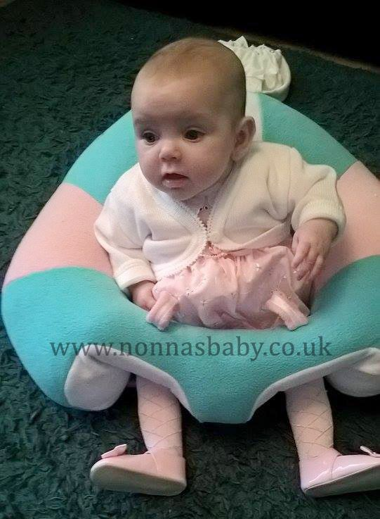 Baby Darcie Ella loves her Hugaboo Baby Seat! She is so cute and happy in it, enjoying her new found freedom. Thanks to mummy Kim for sharing this photo with us. :-) • Find out more about the Hugaboo seat: https://nonnasbaby.co.uk/hugaboo-baby-seat/