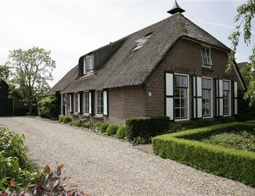 HATTEM, Schipsweg 19.  Fraaie woonboerderij met dubbele garage en paardenboxen, gelegen op een perceel van ruim 5000 m2.