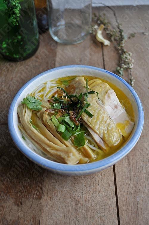 Món bún măng gà hấp dẫn người ăn bởi vị ngọt thanh của nước dùng, miếng gà vàng ươm cùng miếng măng giòn sựt. Để tiết kiệm thời gian, bạn có thể nấu nước dùng từ buổi tối, sáng ra cả nhà đã có bát bún măng gà thật ngon để ăn sáng mà lại đủ chất dinh dưỡng. http://daynauan.net/cach-nau-bun-mang-ga-ngon-va-bo/