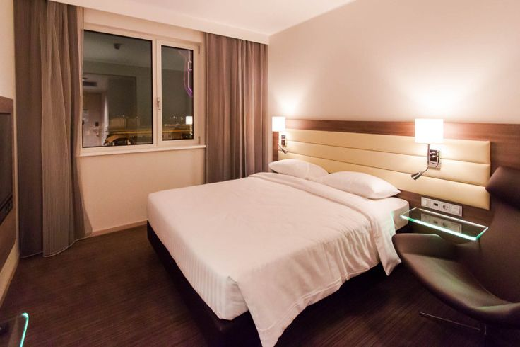 Blick ins Zimmer im Moxy Hotel Mailand ~ ღ Skuwandi