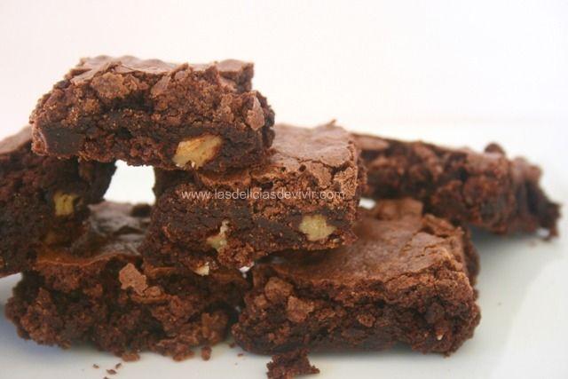 Cómo preparar brownies tradicionales, con capa dura y medio húmedo y suave, no esponjoso. Te dejo aquí la receta de brownies, ingredientes y cómo hacerlos.