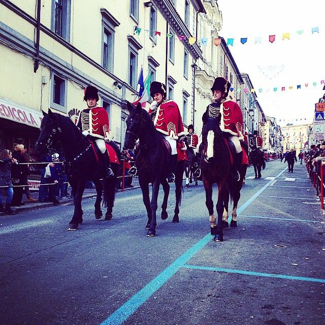 Gli ussari a cavallo sfilano per le vie cittadine
