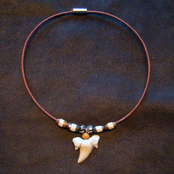 colliers de surf avec une véritable dent de requin fossile