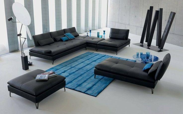 idée salon aménagement tapis de sol bleu canapé noir table basse bleue pouf noir en cuir