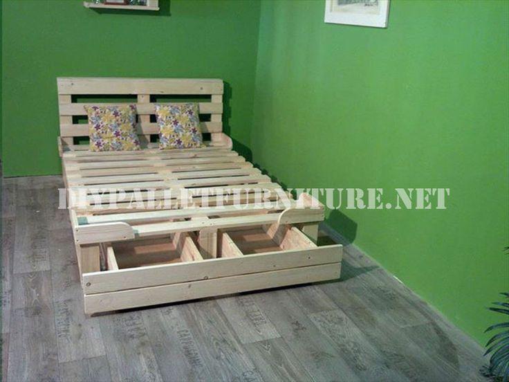 Structure de lit avec des tiroirs faits de palettes