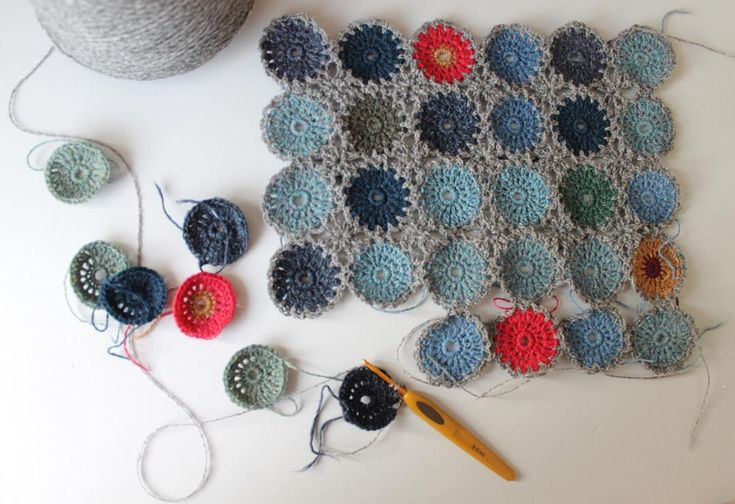 Det går stødt og langsomt fremad med at hækle cirklerne sammen. #ganchillo #hækle #littlethingsinlife #crochetersofinstagram #rainbow_wall #mitgarnpusherprojekt #crochet #supersoftyarn #supersoftgarn #hekle #häkeln #virka #lovecrochet #crochetblanket #circles #yarnaddict #texture #