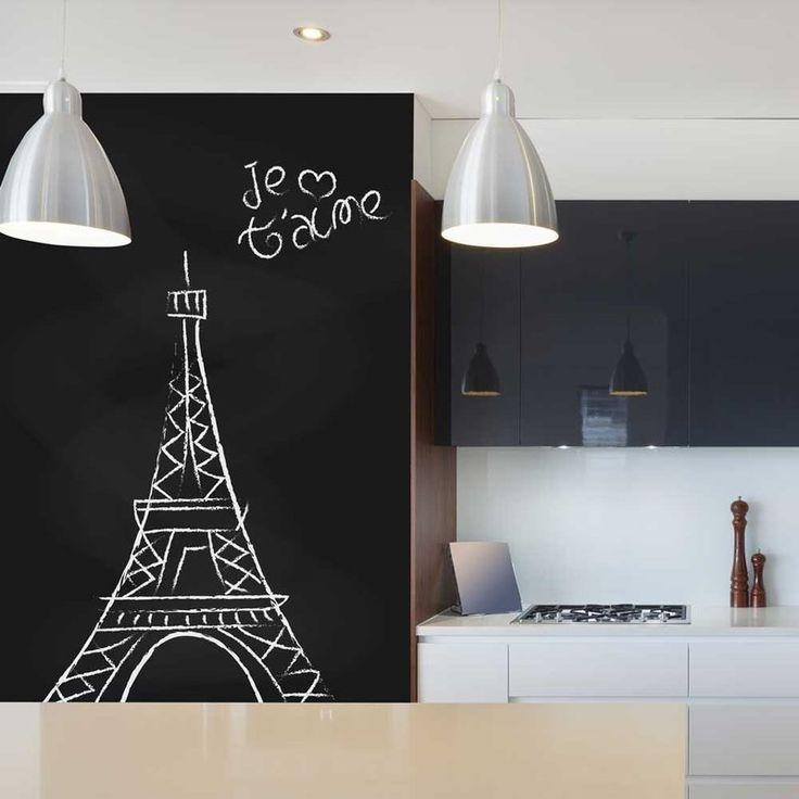 O adesivo lousa é ideal para aplicar em paredes e móveis, você pode desenhar e escrever com giz. Além de decorar é uma forma prática e divertida de anotar recados, lembretes e desenhar. Use sua criatividade!