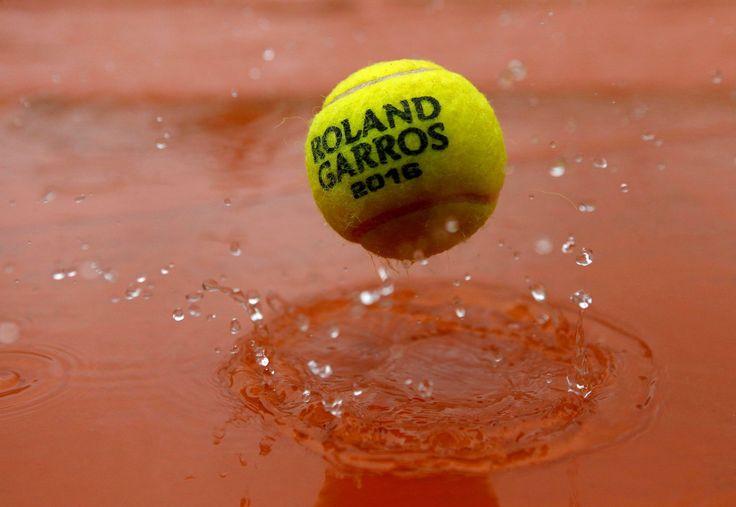 2016, ÉDITION MAUDITE À ROLAND-GARROS Après les forfaits et une panne d'images, le tournoi a, lundi, été contraint d'annuler la totalité des rencontres programmées en raison de la pluie. Et le reste de la semaine s'annonce maussade…