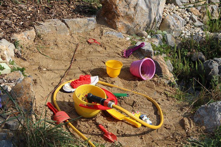 Pískoviště vedle jezírka a ještě doplněné hadicí? Právě v letních vedrech je to ideální kombinace na tisíce různých her. Jen při nabírání vody děti hlídáme, aby nedošlo k nedobrovolnému koupání.