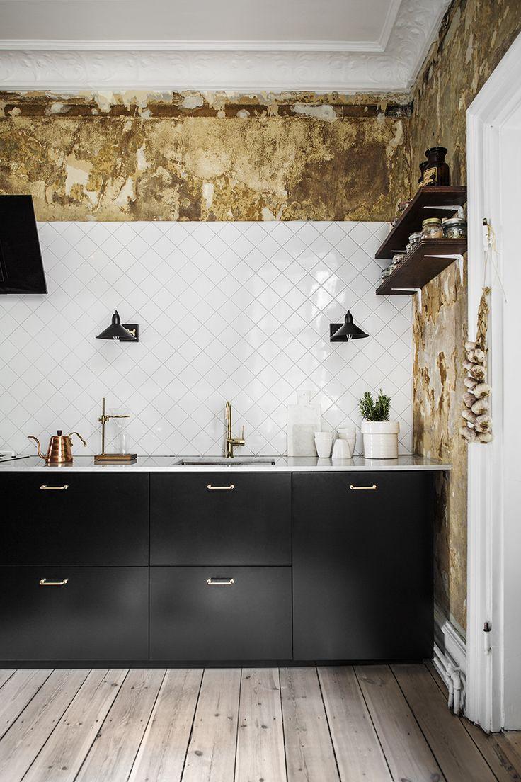 Kuchnia   Białe, Kwadratowe Płytki ścienne + Proste, Czarne Szafki Kuchenne  + Stara ściana