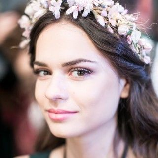 Romantisch, verspielt und ein bisschen wie Brigitte Bardot: Designerin Lena Hoschek setzte passend zu ihrer Mode auf Blütenkränze im Haar der Models.
