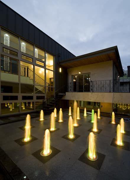 이입재 안뜰 야경: 도반건축사사무소의  정원