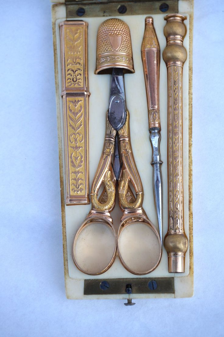 French Napoleonic 18K Gold Sewing Tools Set Carved Etui Case Thimble 2 Scissor