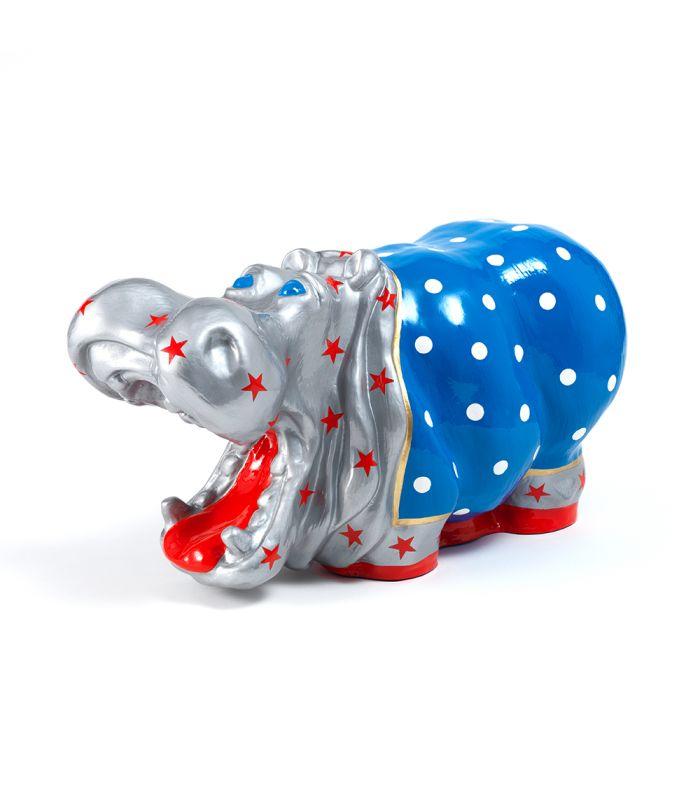 Statue Hippopotame Star - Animal en resine - 49 x 28 x 23 cm Description du modèle :Hippopotame, couleur bleu, gris, or et rouge avec motifs étoiles rouges et points blancs, peint àla mainCaractéristiques :Référence du modèle : ART024Marque : Anim'ArtDimensions : 49 x 28 x 23 cm (Longueur x hauteur x largeur)Poids : 3,10 Kg