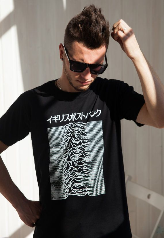 BRITISH POST-PUNK JAPANESE MENS ・WOMENS ・UNISEX T SHIRT Japanese T Shirt - Pulsar Artwork as used by Joy Division on Unknown Pleasures album cover. Japanese text reads: British Post-Punk  ジョイ・ディヴィジョンのカルトクラシックの「アンノウン・プレジャーズ」のアルバムのカバーアートのプリントtシャツ  Screen printed in England on 100% Superior Pre-Shrunk cotton T Shirt.  Our model wears a size Medium and is 180cm/511 tall, chest size 92cm/36.3 . Regular Fit T Shirt.  T-Shirt measurements:  Size S : across chest 17.4 (44 cm) length 28.2 (7...