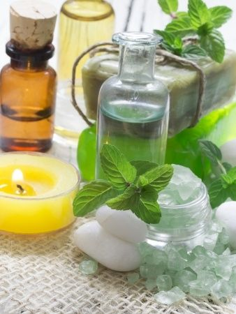 Detoxikační rituál je vhodný pro všechny ženy, které rády pečují nejen o své tělo, ale i o své zdraví. Odkyselující koupel, detoxikační masáž a následný zásaditý zábal probudí v těle samozeštíhlující schopnosti a nastartují metabolismus. Darujte sobě nebo své blízké osobě tento jedinečný dárek prospěšný pro zdraví. Detoxikační rituál obsahuje – bylinkový čaj, malé občerstvení, koupel, peeling, masáž a zábal. Délka 2.5 hod Cena 2 500 Kč , zaváděcí cena 1 900 Kč.
