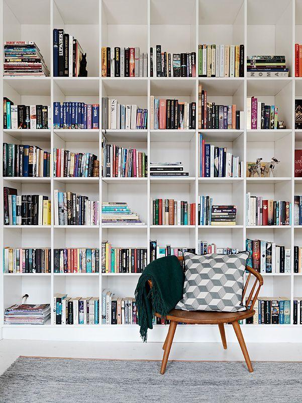 10. estantería XXL con silla_exterior con vistas_blog de decoración