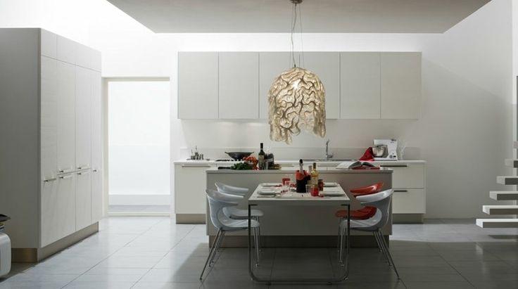 armarios y mesa blanca en la cocina moderna