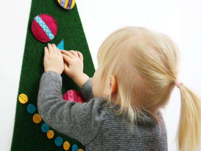 Anna von Schaumzucker zeigt Dir eine kleine Anleitung für einen Weihnachtsbaum, den Du für Deine Kinder nähen kannst. Sie werden jede Menge Spaß am Selbstschmücken und immer wieder Umdekorieren haben.