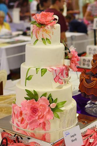 Papel de arroz (rice paper). Beautiful wedding cake! I would love to do this with lotus flowers.