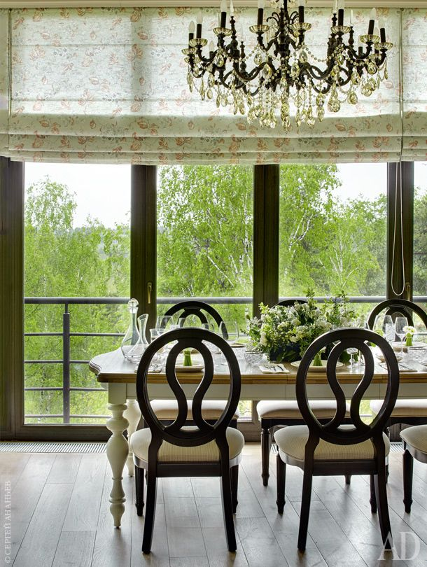 Фрагмент зоны столовой. Стол и стулья, Universal Furniture; люстра, Moollona. Цветочная композиция составлена хозяйкой квартиры. Шторы для всех комнат шились в ателье Нелли Катцыной.