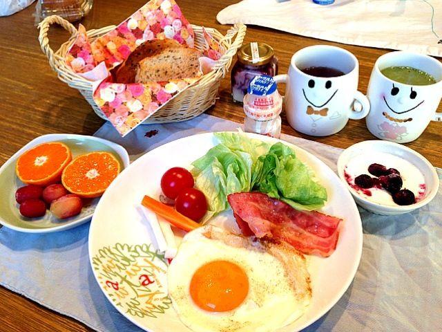 おはようございます(^_−)−☆今日は、天気の福岡です!昨日は、早くから寝て今日は、エネルギー満タンです!さて、朝ごはん、今日は、お日さまのような目玉焼き、先日、買ってきた庄分酢さんの美味酢で、ピクルスをつくったので添えてみました。今日から新しい週が始まります。元気にいきましょう!! - 15件のもぐもぐ - ベーコンエッグ  サラダ  ピクルス     ゴマパン  ヨーグルト   みかん ブドウ  ヤクルト  紅茶 by 126kei