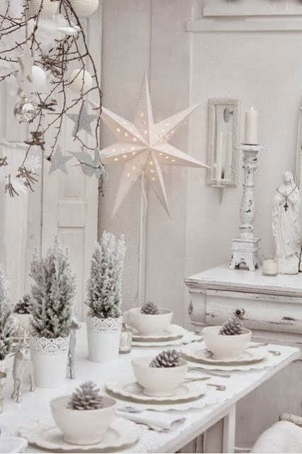 Blanca Navidad: decora platos con piñas y convierte a los abetos en centros de mesa... pero todo cuidadosamente 'nevado' #ideas #decoracion #Navidad