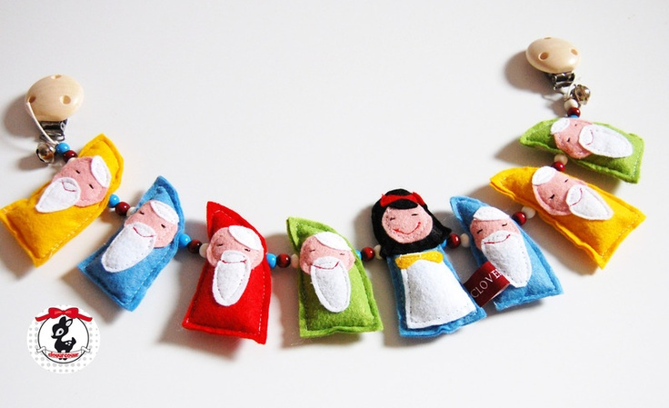 "Märchen Kinderwagenkette  ""Schneewittchen und die sieben Zwerge"" // Fairy tale stroller chain ""Snow white and the seven dwarves"" by clovercoeur via DaWanda.com"