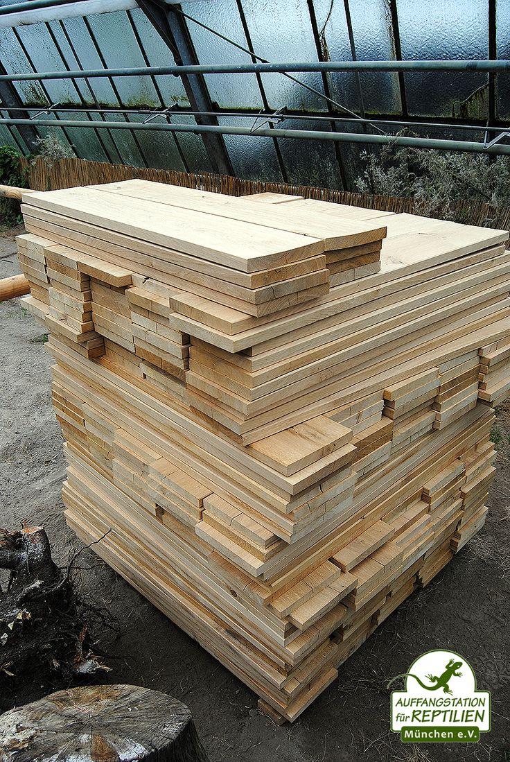 Diese Holzbretter wollen an die Metallstreben montiert werden, damit die Tiere nicht ausbüxen können...