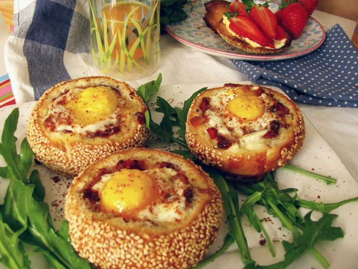 Raňajkové Žemle so zapečenými Vajíčkami  Frühstück Sesambrötchen mit gebackenem Ei Baked Breakfast Egg