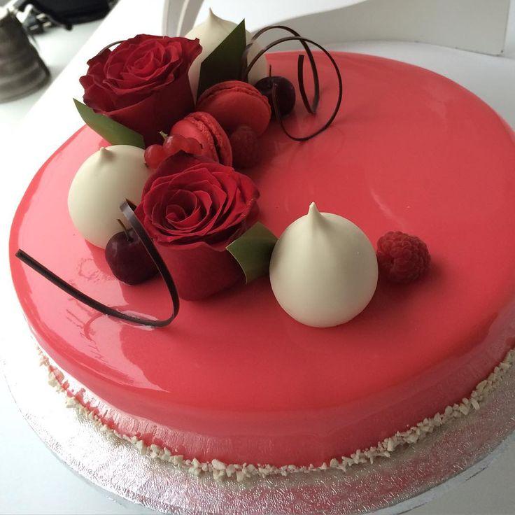«One if today's wedding cakes. #sverresætre Den store bryllupskakesesongen er i gang »