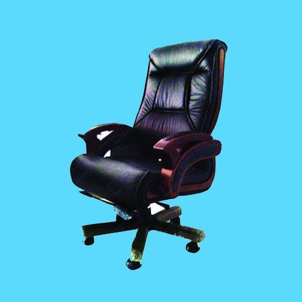 Kursi direktur OUMA A006L Kursi Direktur Hidrolik bahan bantalan terbuat dari kulit Sandaran tangan kayu Kaki Kursi kayu beroda #meja #kursi #lemari #computer #kantor #peralatankantor #mediainovasisemarang