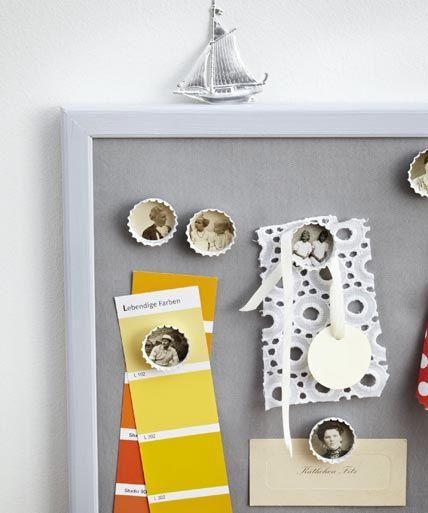 Fotos im Kronkorken: zunächst mit Sprühfarbe lackieren. Je eine Reißzwecke mit Heißkleber außen aufkleben, die Fotos in der Größe der Kronkorken ausschneiden und in die Innenflächen kleben.