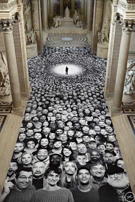 JR, projet Inside Out,  2014, Panthéon, Paris. Profite de la rénovation du Panthéon pour investir les lieux d'une œuvre participative. Pendant un mois, devant 8 monuments nationaux, la population est invitée à se faire prendre en photo ans le camion itinérant de l'artiste (photomaton), et grâce à un site internet dédié au projet. Il permet à des anonymes/aux spectateurs de faire partie d'une œuvre commune.Spectateur aborde aussi l'oeuvre physiquement en marchant desssus