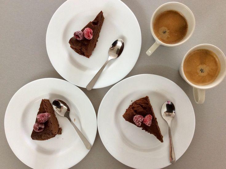 Čokoládový dort ozdobený malinami