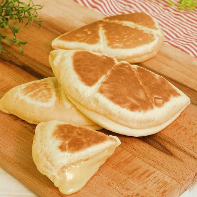もっちり食感にとろ〜りとろけるチーズが絶品! #オムレツチーズパン 甘じょっぱい味付けが癖になる! お子様とも一緒に作れるお手軽パンはいかがでしょうか? ■材料(2個分) ・卵  1個 ・ホットケーキミックス  200g ・溶かしバター(無塩)  10g ・プレーンヨーグルト  大さじ1 ・ピザ用チーズ  2枚 ■手順 1. ボウルに卵、ヨーグルトを入れて混ぜる 2. 1に溶かしバターを入れて混ぜ、ホットケーキミックスを加えて粉っぽさがなくなるまで混ぜる  3. 生地が滑らかになるまでこねる 4. 生地を2等分にして丸めて、めん棒でだえん形に伸ばす。 5. 4の下半分にとろけるチーズをのせ、半分に折り半円形にして閉じ口を止める 6. オーブンシートを敷いたフライパンに並べる 7. 弱火で両面5分ずつ焼く  作ったら #デリッシュキッチン のタグをつけてぜひ教えてください♪ #delishkitchen #でりっしゅ #followme#yum #yummy #food #foodie #foodpics#instafood #instagood #recipe…