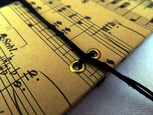 Deník nebo zápisník s motivem not, A5, koženka, papír, barevné předsádky a 2 záložkové stužky. Více info na fler.cz uživatel L.atem25