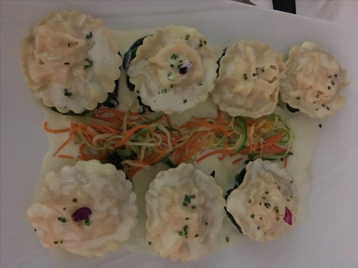 Ravioles relleno de salmon y cangrejo @ Salsa blanca con espinaca y zanahoria